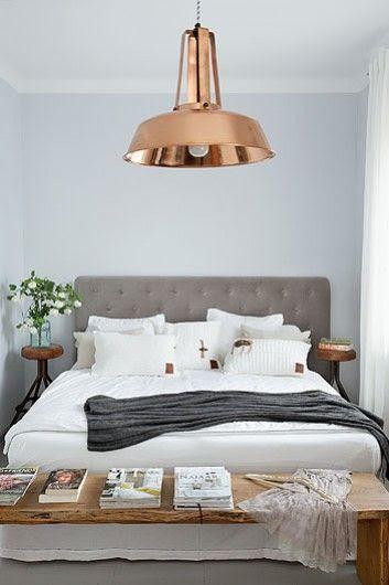 Bardziej elegancka, miedziana wersja lampy z ogrodu. Ławę zrobił na zamówienie francuski góral, a zagłówek łóżka to dzieło gospodyni.