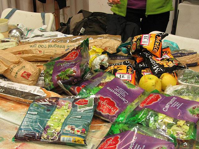 Alimentos recuperados del contenedor de un supermercado, aptos para comer.   Feeding Zgz