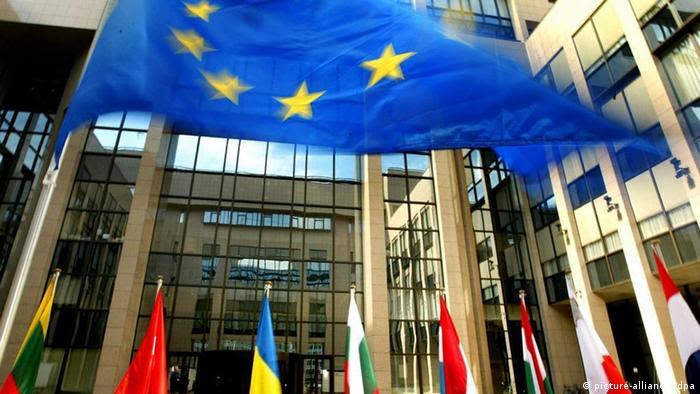 EU-Fahne vor dem Ratsgebäude in Brüssel (picture-alliance/ dpa)