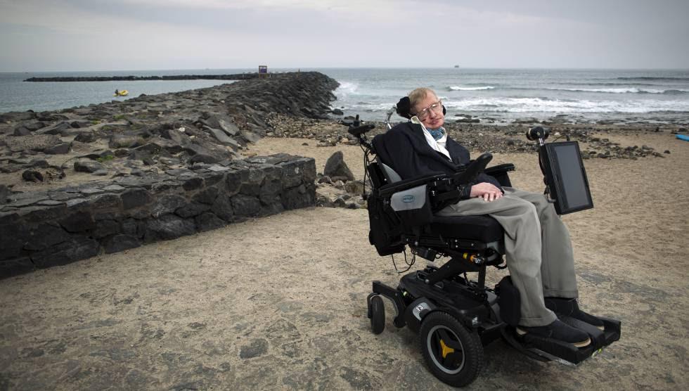 El científico británico Stephen Hawking, fotografiado en la playa del Camisón de Arona (Tenerife).  rn