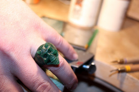 Skull ring finger