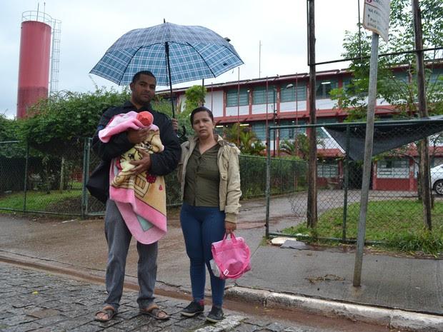 Ezequiel e Shiley com a filha Heloísa de 40 dias em um posto de saúde em Suzano (Foto: Douglas Pires / G1)
