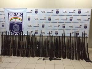 Arsenal apreendido pela Polícia Civil, em Caruaru, no Agreste de Pernambuco (Foto: Divulgação/ Polícia Civil)