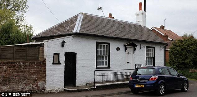 PIC SHOW;MERSHAM NEAR ASHFORD WOOL VILLAGE FEATURE;OLD GATE HOUSE