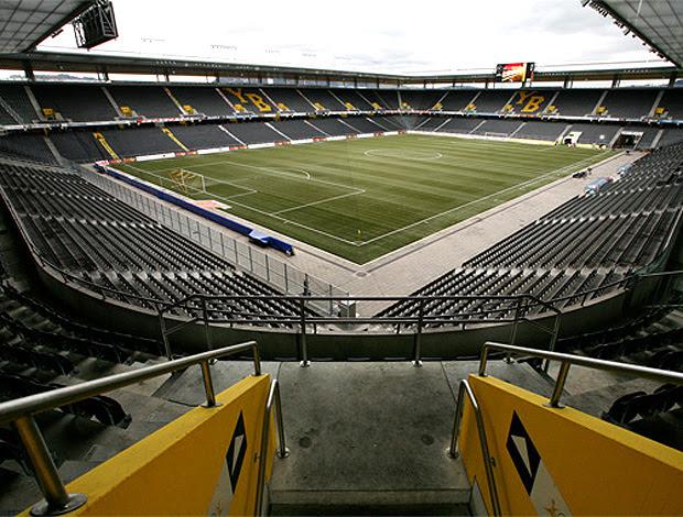 Stade de Suisse, em Berna, com painéis solares para a produção de energia elétrica na cobertura (Foto: Divulgação / Stade de Suisse)