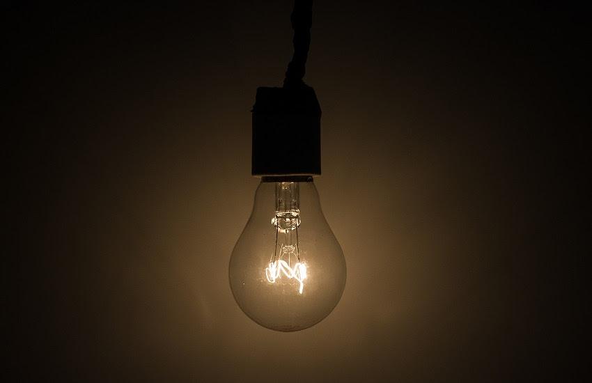 lâmpada em referência a Mais da metade dos municípios cearenses estão inadimplentes com a Enel