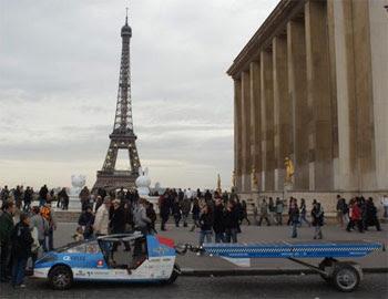 Image-taxi solaire-en tour du monde-avec panneaux solaires-devant tour Eiffel