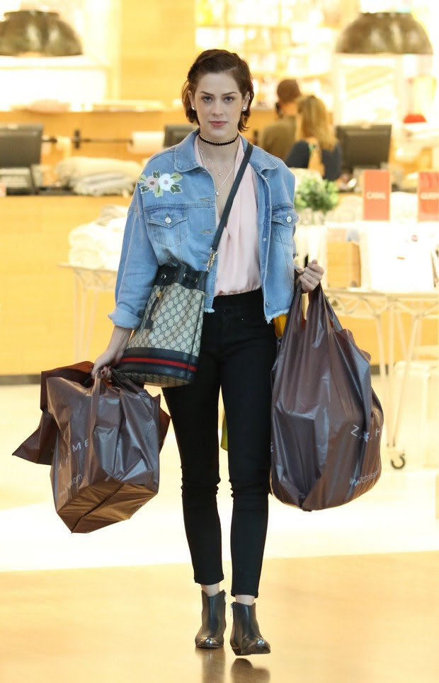 Sophia Abrahao vai as compras e sai carregada de bolsas no shopping Village Mall (Foto: AgNews  / AgNews)