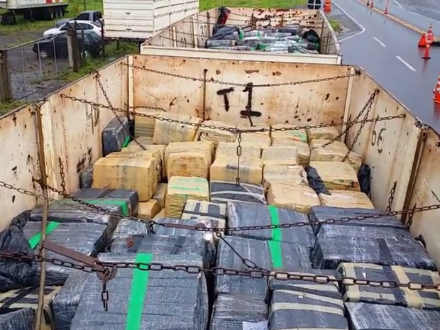 Caminhão, drogas e motoristas foram levados à Polícia Federal de Guaíra, na região oeste (Foto: Divulgação/PRF)