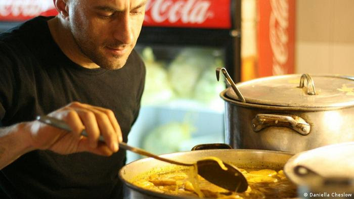 Restaurant manager Moshe Shrefler checks the lentil stew in the tiny kitchen in Jerusalem (Foto: Daniella Cheslow)