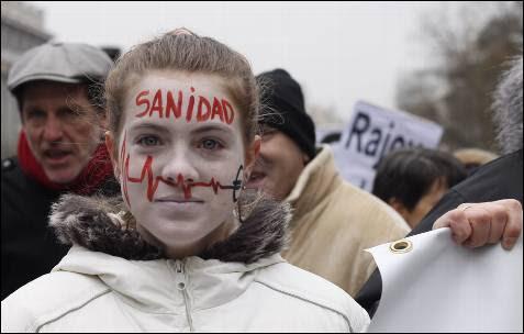 Una chica con la cara pintada durante la manifestación en defensa de la sanidad pública, esta mañana en Madrid.