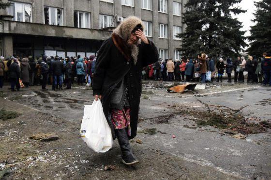 Una mujer recoge ayuda humanitaria el pasado febrero en un punto de distribución en Debaltseve, en la región de Donestk, Ucrania.