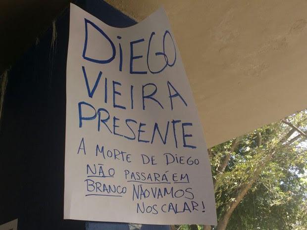Cartaz de protesto pelo assassinato de Diego Machado fixado pelos alunos no campus do Fundão (Foto: Elisa Souza/G1)