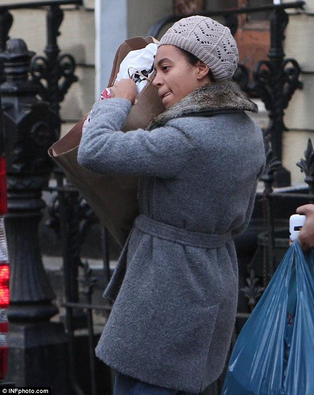 Goodies pós Natal?  Irmã mais nova de Beyonce mantém firmemente em uma bolsa de Nova York hoje