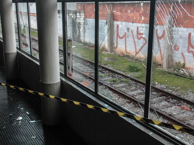 Usuários da Linha 7-Rubi da CPTM depredaram a estação Pirituba de trem, na Zona Oeste de São Paulo, após paralisação causada por pane elétrica na terça-feira (5). Nesta quarta (6), a linha seguia interditada entre as estações Francisco Morato e Pirituba (Foto: Marcio Ribeiro/Brazil Photo Press/Estadão Conteúdo)