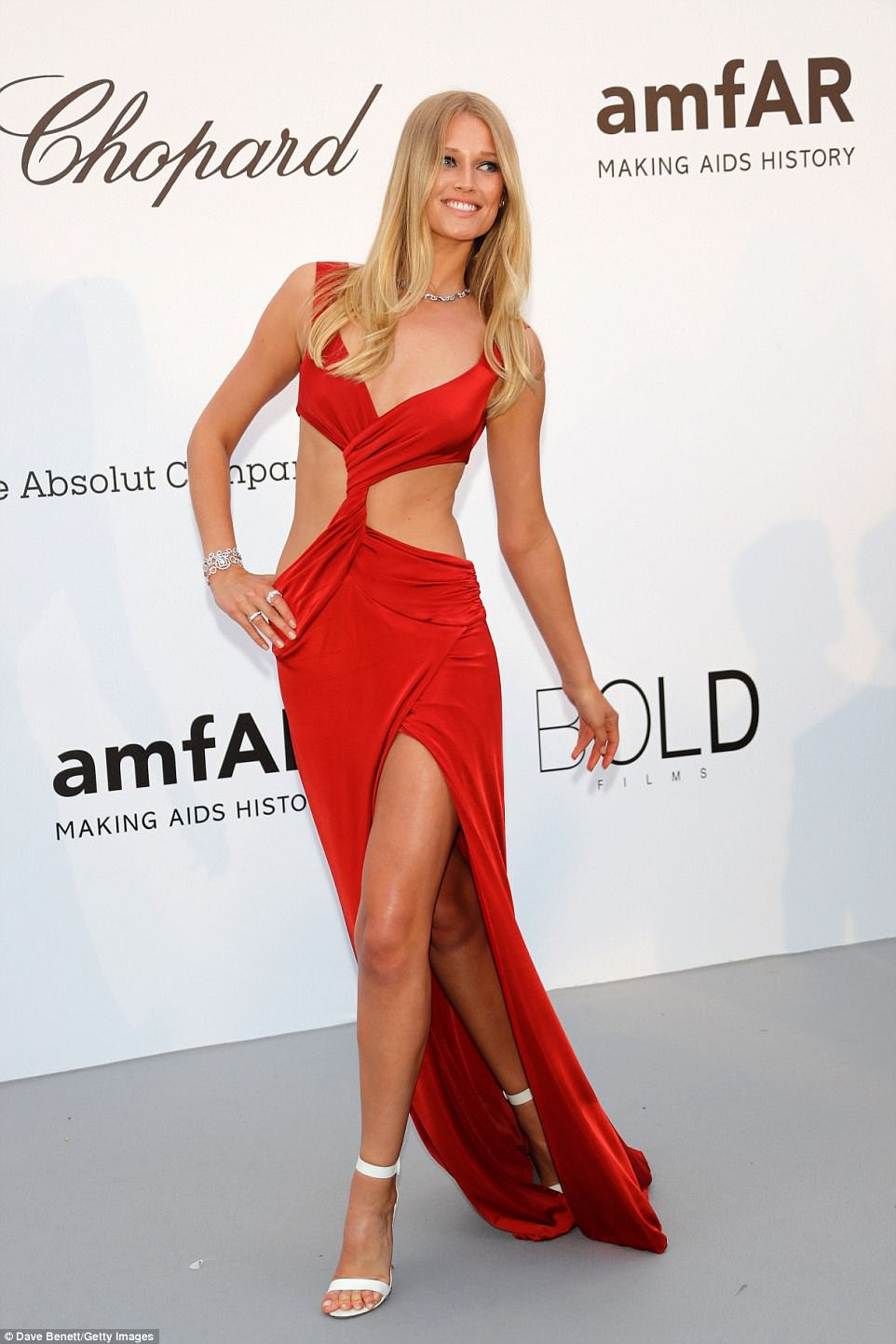 Em seu elemento: Toni era uma profissional no número arriscado deslizando sem esforço pelo tapete vermelho enquanto trabalhava em sua magia de modelo.