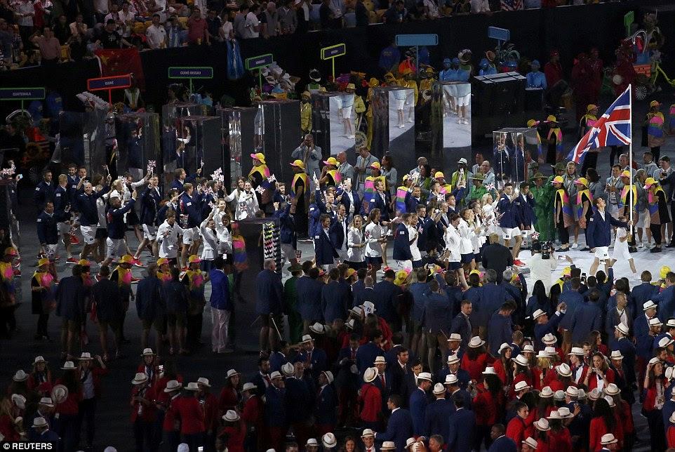 A equipe britânica, liderada por Andy Murray, passou por equipes de países de todo o mundo durante a cerimônia