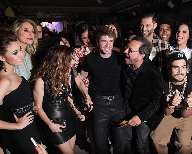 Maurício Destri é cercado pelo elenco e pelo diretor Wolf Maya (Foto: Raphael Dias/Gshow)