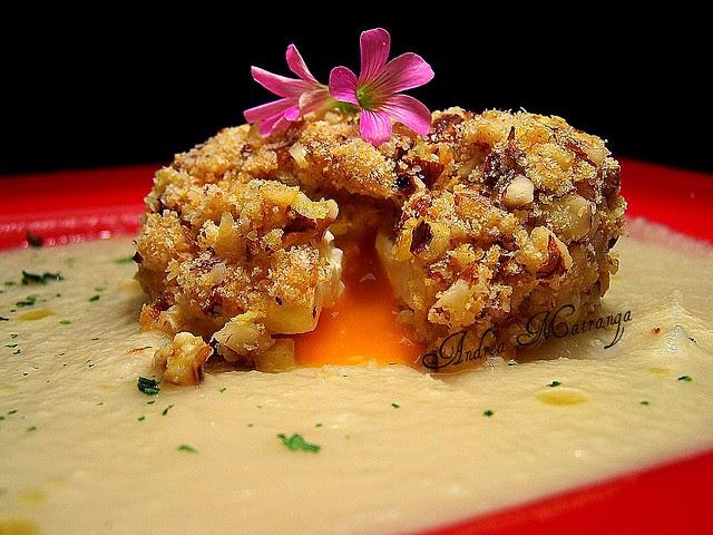 Uovo in camicia fritto in crosta di frutta secca, su salsa di sedano rapa