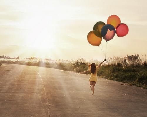 é estranho que nós insistimos em amar quem nos magoa e magoar quem nos ama ! ironico não?! ;8