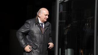 Jorge Fernández Díaz sortint de la seu del PP al carrer Génova quan era ministre (EFE)