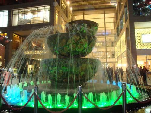 Фонтана пред Pavilion MALL в зелено