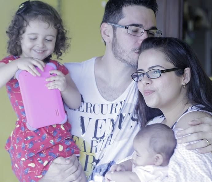 Alan ao lado de sua esposa e suas filhas (Foto: João Mello/Gshow)