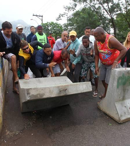 Moradores da Chatuba, em Mesquita, retiraram as barreiras nesta quinta-feira