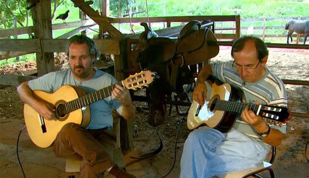 Laércio Ilhabela (esquerda) toca com o amigo e primeiro professor de violão (Foto: Reprodução / EPTV)