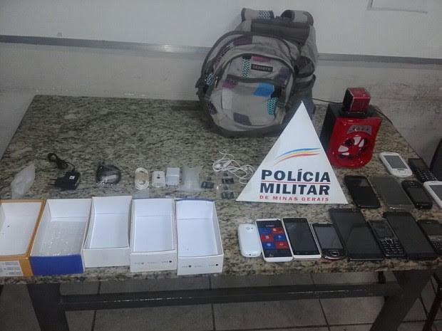 Celulares apreendidos estavam perto da casa de um dos suspeitos (Foto: Polícia Militar/Divulgação)