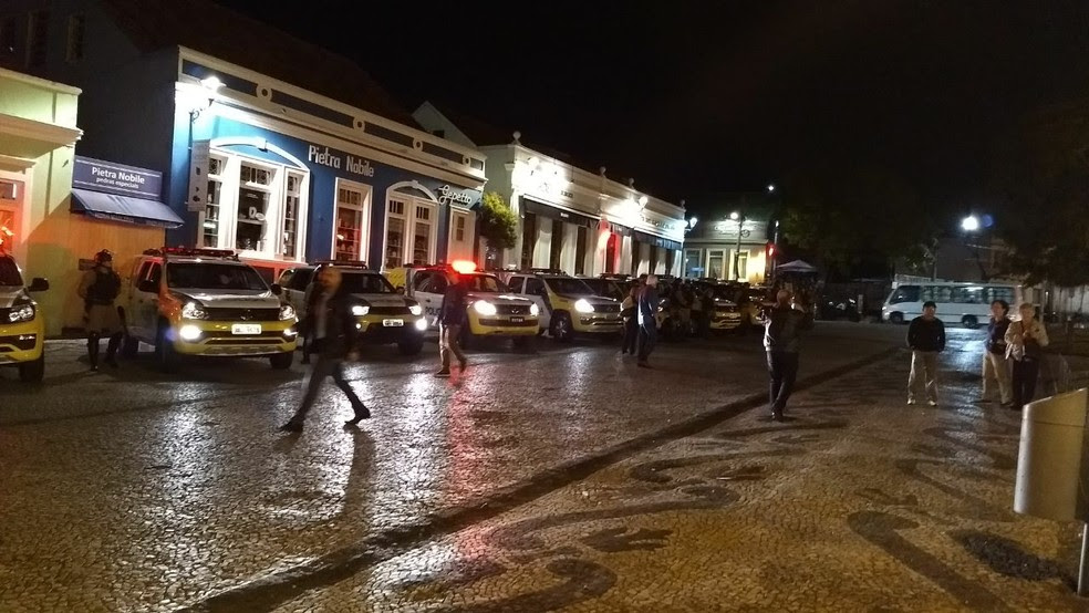 Polícia Militar (PM) acompanha protesto (Foto: Carolina Wolf/RPC)