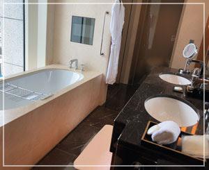 自然光の入るバスルームは特に快適。シャワーブースもついています。