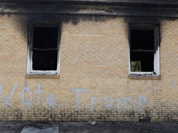 Mensagem 'Vote Trump' é vista em muro da Igreja Batista Missionária Hopewell, em Greenville, Mississippi, na quarta (2) (Foto: AP Photo/Rogelio V. Solis)