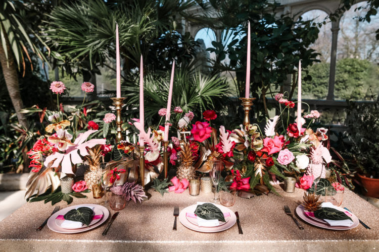 Die Fett tablescape fertig war mit rosa, vergoldete Ananas und Tropische Blätter, rosa Kerzen Hinzugefügt glam