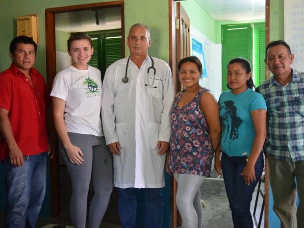 Equipe médica da comunida indígena da Malacacheta (Foto: Valéria Oliveira/ G1)