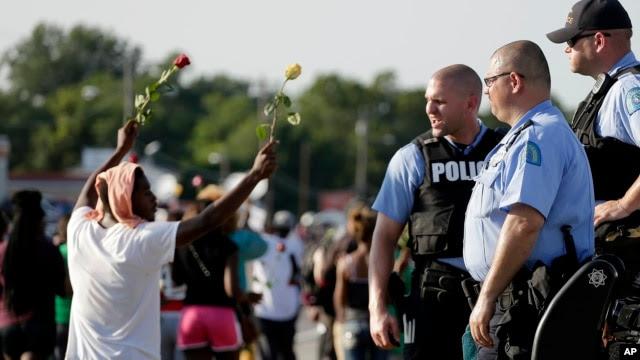 Esta foto de archivo muestra manifestantes protestando por la muerte de Michael Brown en Ferguson, Missouri.