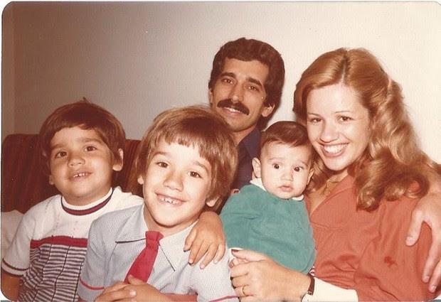 Rogerio Flausino com a mãe, pai e irmãos (Foto: Reprodução / Instagram)