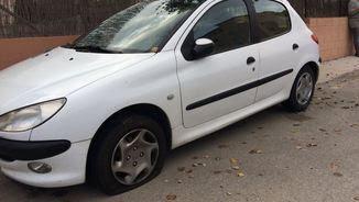 Un dels cotxes amb les rodes punxades a Verges