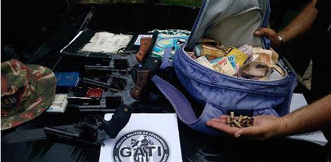 Os revólveres dos assaltantes e o dinheiro roubado foram apreendidos pela Polícia / Foto: Divulgação