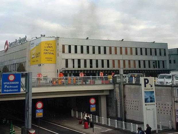 Fumaça no terminal de embarque do Aeroporto Internacional de Zaventem, em Bruxelas, na Bélgica, após explosões (Foto: Daniela Schwarzer / via AP Photo)