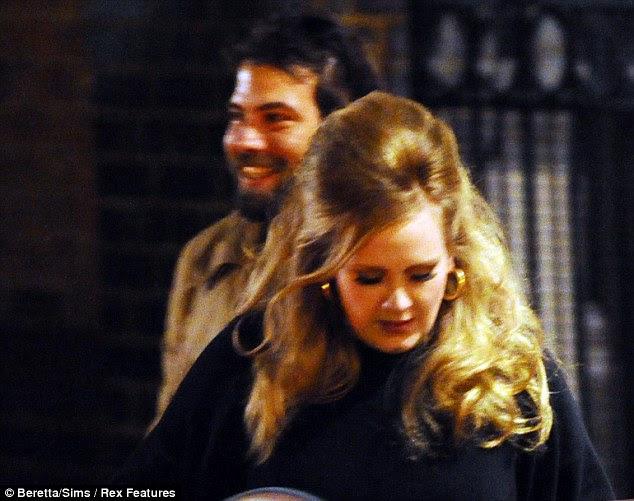 O amor vem primeiro: Adele com o namorado Simon Konecki, que ela está abandonando a música para