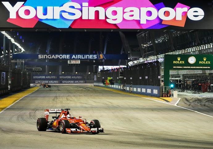Sebastian Vettel em ação no GP de Cingapura de Fórmula 1 em 2015 (Foto: AFP)
