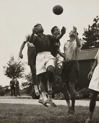 Football played barefoot, Olympic Games, London, 1948. por National Media Museum
