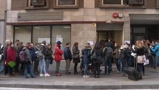 Cues davant l'única oficina que expedeix el certificat de penals a Catalunya