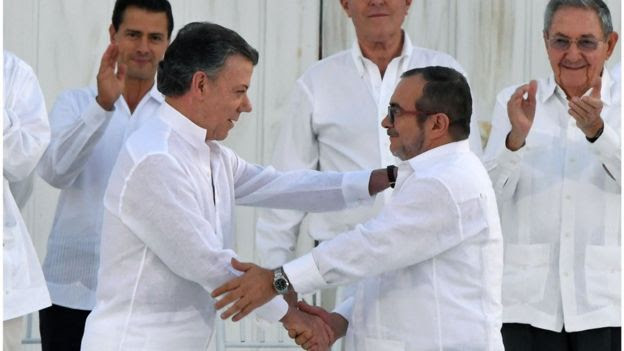 Juan Manuel Santos y el máximo jefe de las FARC, Rodrigo Londoño Echeverri,