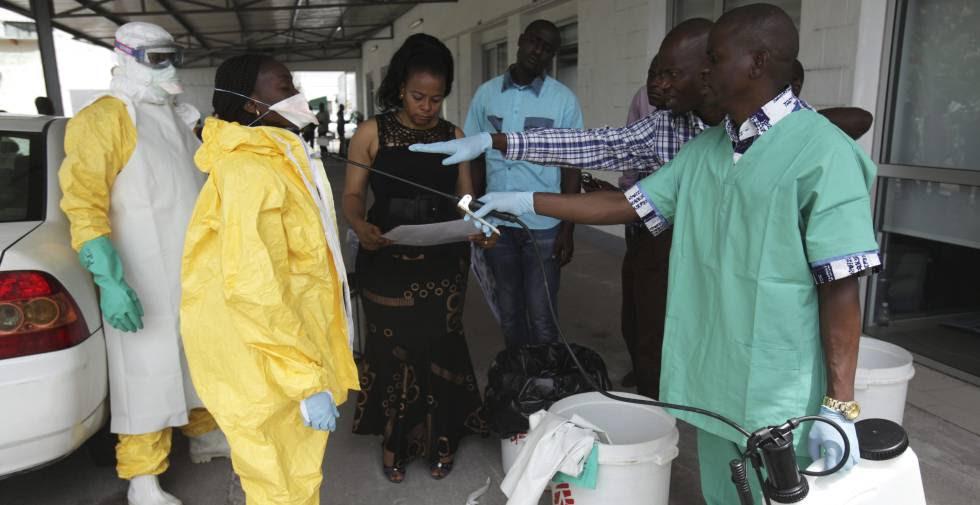 Algunos enfermeros ensayan el protocolo de intervención en caso de Ébola en Kinshasa, en 2014.