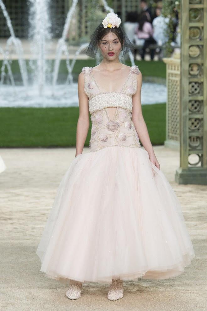 Được chạm tay vào thiết kế Haute Couture đính hơn 120.000 viên đá này thì quả là diễm phúc! - Ảnh 2.
