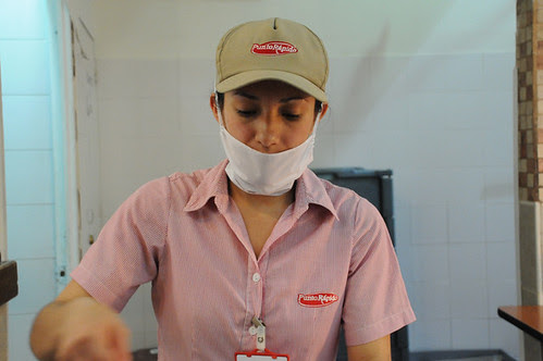 woman serving lunch at punto rapido_4234 web