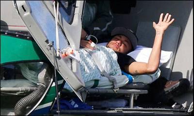 Neymar saluda tras subir al helicóptero para abandonar la concentración de Brasil en Teresópolis.