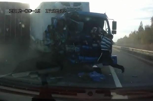 Vídeo mostra motorista de caminhão escapando ileso de acidente impressionante. (Foto: Reprodução)